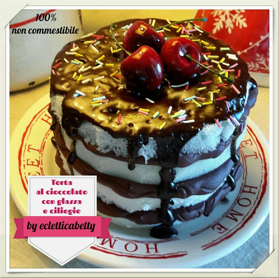 torta al cioccolato con glassa e ciliegia