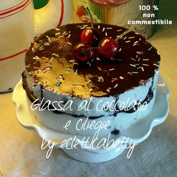 Torta con glassa al cioccolato e ciliegie 16 cm