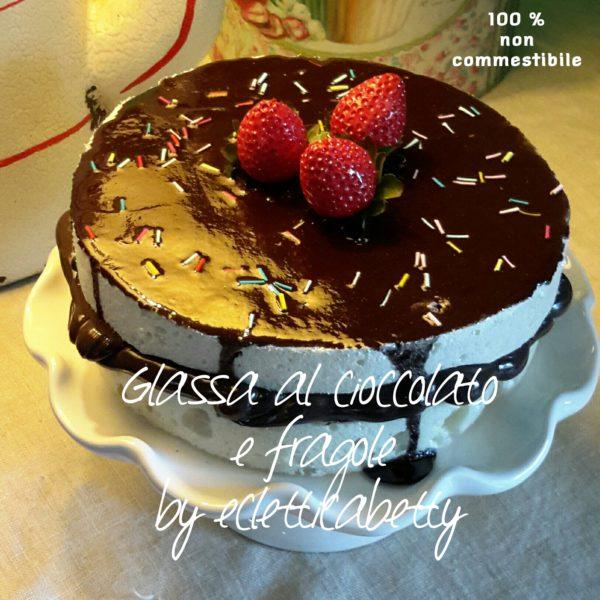 Torta con glassa al cioccolato e fragole 16 cm