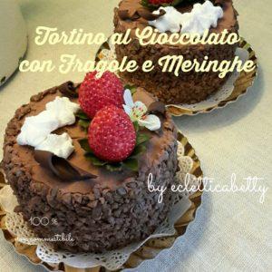 Tortino al cioccolato con fragole e meringhe