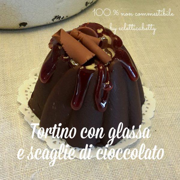 Tortino con glassa e scaglie di cioccolato