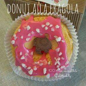 Donut con glassa alla fragola e granella di mandorle