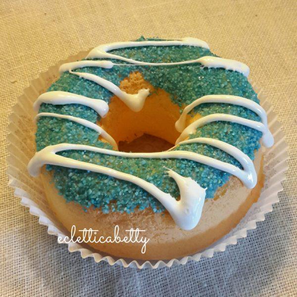 Donut con zucchero celeste e glassa