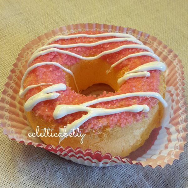 Donut con zucchero rosa e glassa