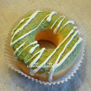 Donut con zucchero verde e glassa