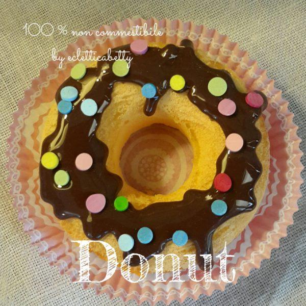 Donut con glassa al cioccolato e coriandoli di zucchero
