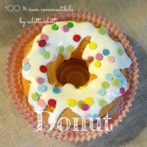 Donut con glassa alla vaniglia e cioriandoli di zucchero