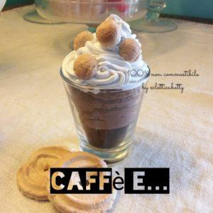 Caffè con crema al cioccolato, panna e amaretti