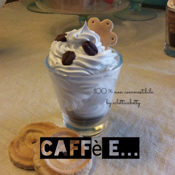 Caffè con panna, chicchi di caffè e biscottino