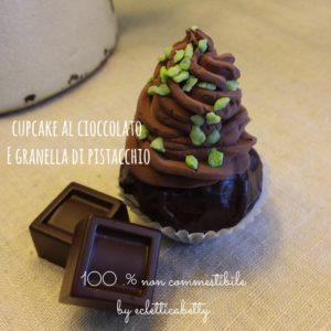 Cupcake piccolo al cioccolato con granella di pistacchio