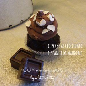 Cupcake piccolo al cioccolato con scaglie di mandorle