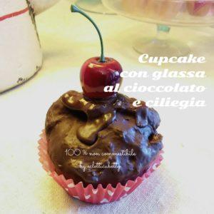 Cupcake al cioccolato con glassa e ciliegia