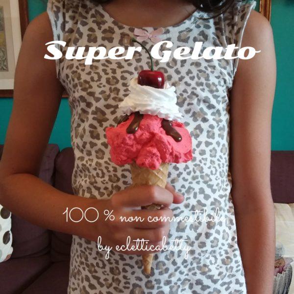 Cono gelato lampone, glassa, panna e ciliegia