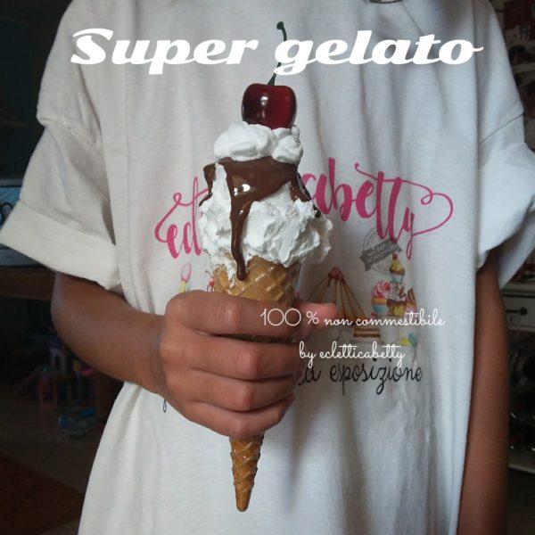 Cono gelato fiordilatte, glassa, panna e ciliegia