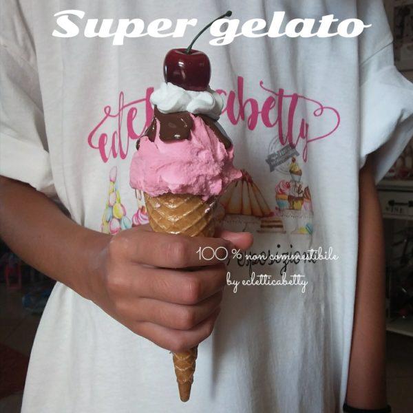 Cono gelato fragola, glassa, panna e ciliegia