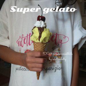 Cono gelato crema, glassa, panna e ciliegia