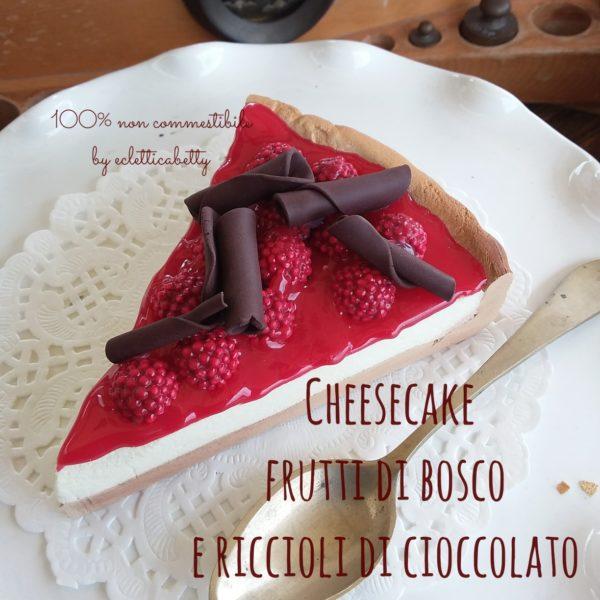 Fetta di Cheesecake frutti di bosco e riccioli di cioccolato