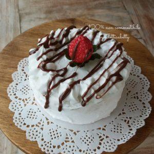 Tortina panna, fragola e glassa al cioccolato 10 cm