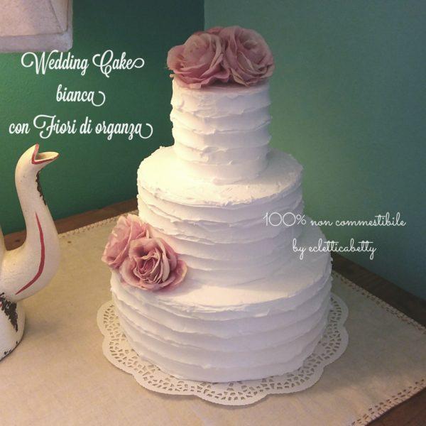 Wedding Cake bianca con fiori di organza