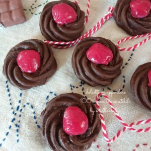 Pasticcino cioccolato e ciliegia da appendere
