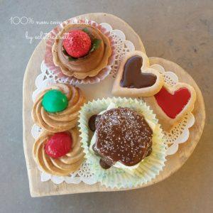 Vassoio di legno a cuore con Dolci e biscotti