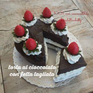 Torta cioccolato e fragole con fetta