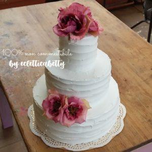 Wedding cake bianca con fiori di organza fuxia