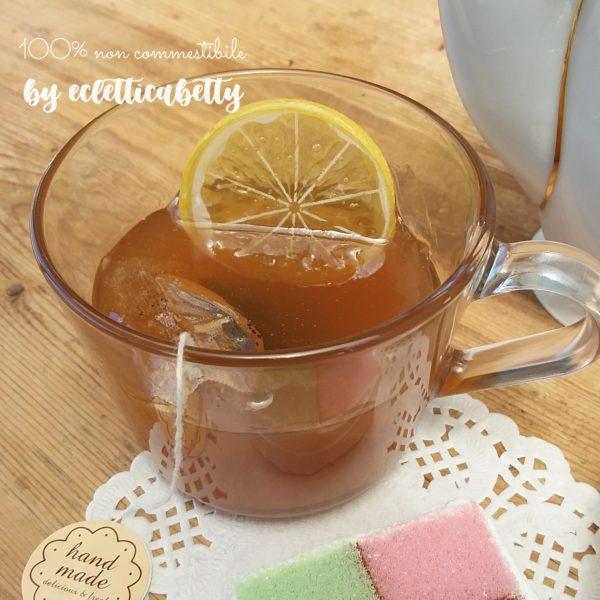Tè con limone in tazza trasparente