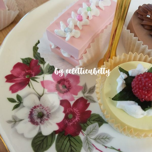 Alzatina romantica con anemoni