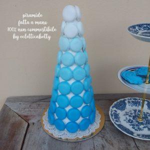 Piramide di macarons celeste sfumato h 30 cm