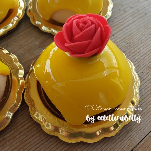 Petit four con glassa al limone e rosa