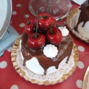 Tortina glassata con ciliegie e meringhe 8 cm
