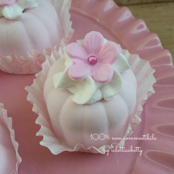 Pasticcino con fiorellino rosa