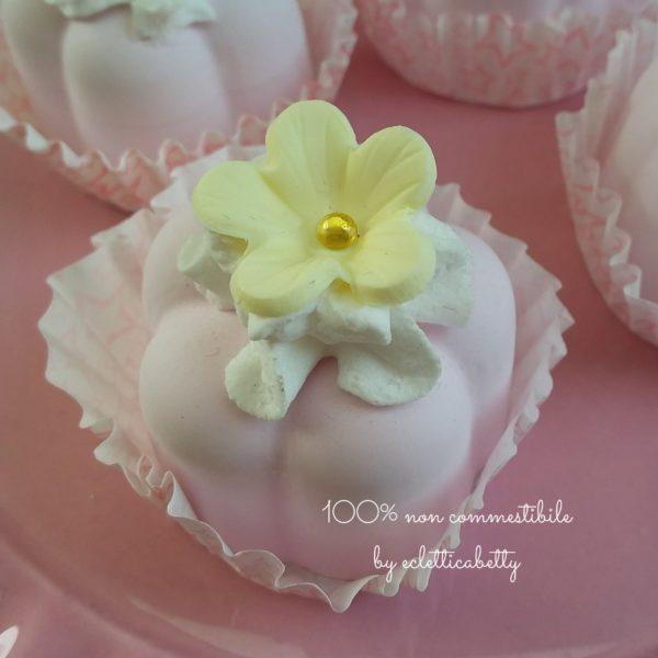 Pasticcino con fiorellino giallo