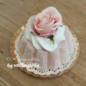 Tortino zuccherato con rosa di organza